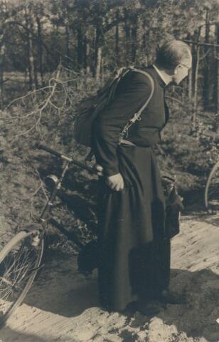 650753 - Brabants Studenten Gilde. Onze Lieve Vrouw van de Goede Duik, kapel. Pater Frans Siemer, leraar Duits, poëet en toneelspeler op een fietstocht in de Brabantse bossen.