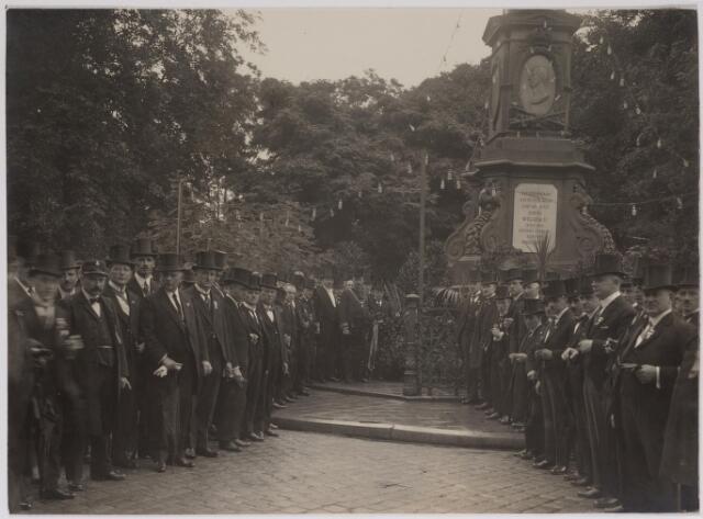 042631 - Kranslegging bij het monument van Willem II aan de Oude Markt door het gemeentebestuur en vertegenwoordigers van diverse comités ter gelegenheid van het 25-jarig regeringsjubileum van koningin Wilhelmina in september 1923