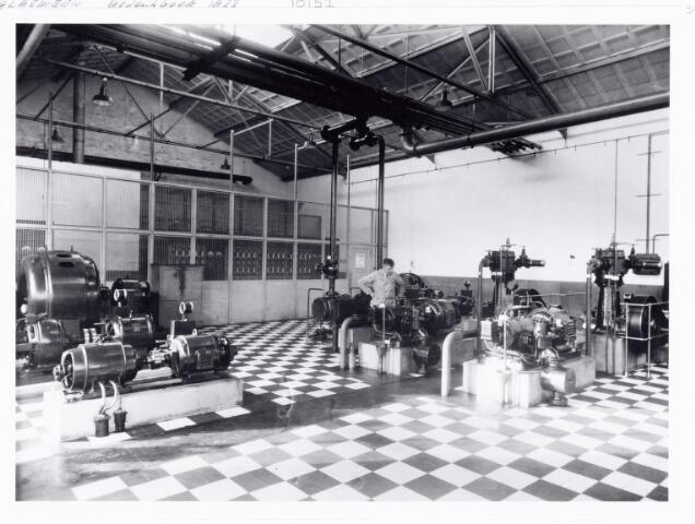 038543 - Volt.Zuid. De machinekamer in 1933 met op de achtergrond de heer Moeskops de baas van de electrische werkplaats. Locatie gebouw E. Foto uit gedenkboek afscheid van Dhr. Anninga directeur. Voltstraat heette toen Nieuwe Goirleseweg.