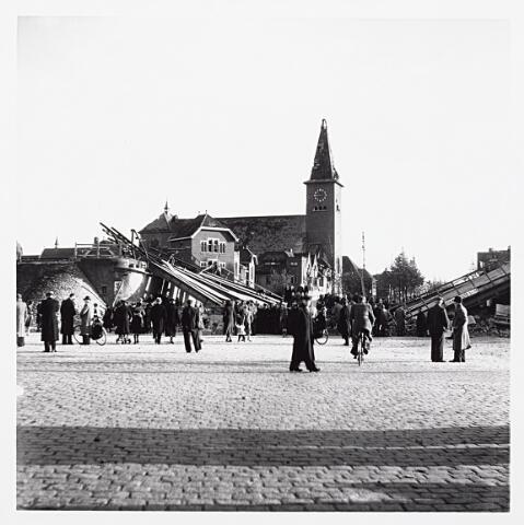012186 - Tweede Wereldoorlog. Vernielingen. De omgeving van de Bosscheweg lag in september en oktober 1944 aan de frontlinie. Oprukkende geallieerden vanuit de richting 's-Hertogenbosch stootten op felle weerstand van de Duitsers. De schade in de buurt door mortiervuur en granaten was enorm. Op deze foto het vernielde viaduct over de Ringbaan-Oost en de zwaar gehavende Sacramentskerk