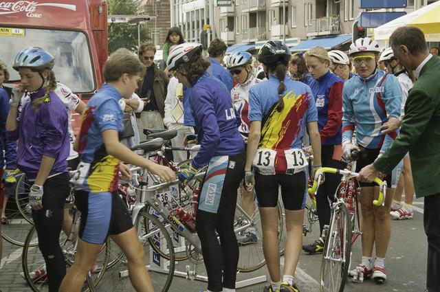 """TLB023000293_002 - De UCI organiseert van 1984 tot en met 1989 de """"Tour de France Feminin"""". Van 1990 tot en met 1993 gaat de wedstrijd verder onder de naam """"Tour de la CEE Feminin"""". Vanaf 1992 vindt tegelijk de """"Tour Cycliste Feminin"""" plaats. Deelneemsters bij de start van de wedstrijd."""