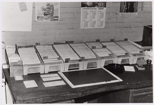 050116 - Volt. Noord. Logistiek  Centraal  Magazijn in 1978 in hal N.O.                                                  De voorraadadministratie nog op kaartsysteem.