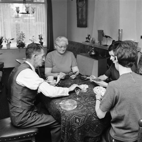 072639 - Het kaartspelende gezin van koster Van Iersel (parochie Maria Boodschap).