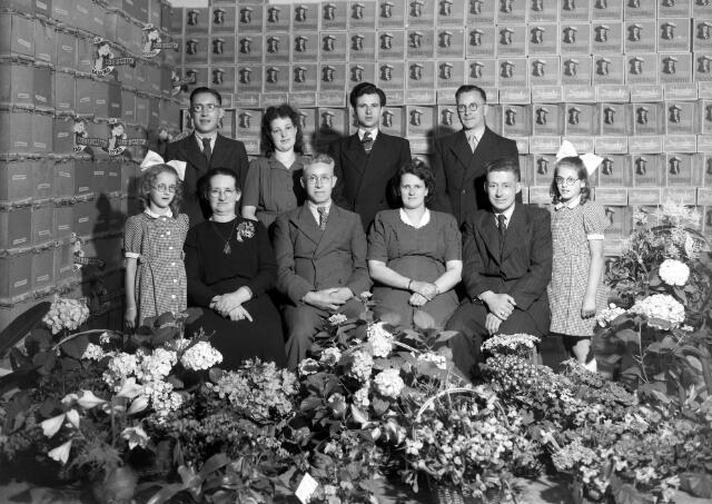 650540 - Een jubileum bij grossierderij Vingerhoets aan de Houtstraat 20, mei 1947. Op de bovenste rij v.l.n.r. Jos Vingerhoets, Joke van Ierland, San Cools, Wout Oppermans. Op de onderste rij v.l.n.r. Ans Vingerhoets, Adriana Vingerhoets, Willem Vingerhoets, Elisabeth Vingerhoets, Jan Vingerhoets een Jeanne Vingerhoets.