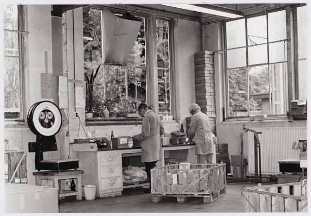 """050176 - Volt, Hulpafdelingen, Centraalmagazijn. Het verzend en gereed maken van verpakkingen in de """"oude"""" gereedschapmakerij gebouw M op complex Zuid. De opname in van omstreeks 1977."""