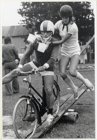 90940 - Made en Drimmelen. Balanceren met de fiets op een plank als onderdeel van de zeskamp in 1973 in Made