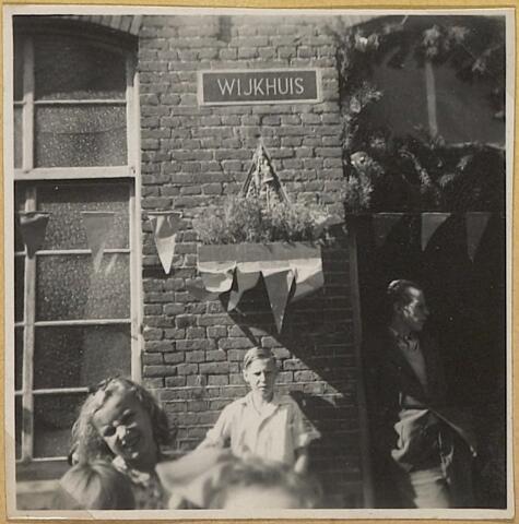 604059 - Koningswei, Tilburg. Feestelijke Opening van het wijkhuisje in 1948. De opening werd verricht door pastoor Van Dun in aanwezigheid van de bewoners van de wijk Koningswei ('de waai' genaamd in de volksmond) en kapelaan Soons die zich bijzonder had ingezet voor een ontmoetingsruimte.