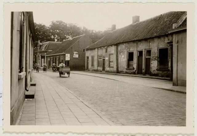 102125 - Stadsvernieuwing. Slooppanden. Oude onbewoonbaar verklaarde woningen aan de Keiweg tussen de huisnummers 62 en 74; de panden werden gesloopt in 1953.