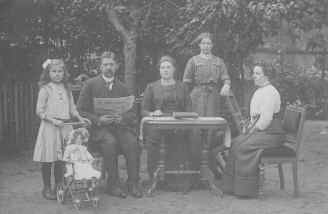 065911 - Habermehl Familie. v.l.n.r. Lotje Vermeulen (pleegdochter), Mesjeu Habermehl met echtgenote, Jaantje Habermehl, juffrouw Arnoldie. Mesjeu J.H.Habermehl was hoofd van de christelijke lagere school van 1907 tot 1918, In 1918 is hij overleden aan de spaanse griep.