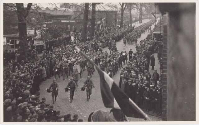 053679 - Aankomst van het 2e bataljon Jagers in de Spoorlaan hoek Stationsstraat