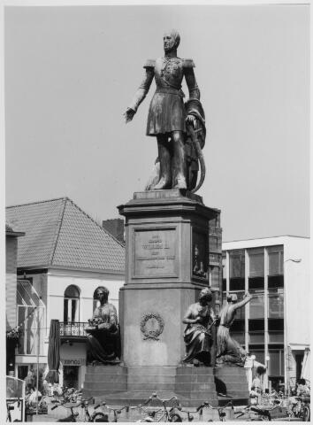 021460 - Standbeeld van Willem II op de Heuvel. Op de achtergrond Xenos, een winkel in kado-artikelen
