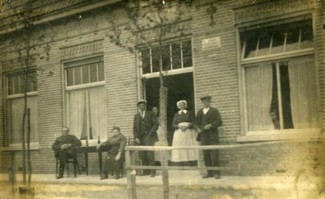 """600192 - Het """"nieuwe"""" café """"den Hemel"""" aan Oude Tilburgseweg. In de deuropening de bewoners, de familie Horrevorts-van Opstal."""