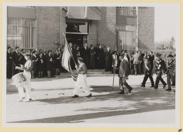 073000 - Opening gemeentehuis door de Commissaris van de Koningin Kortmann. Defilé verenigingsleven vóór het gemeentehuis. Gilde.