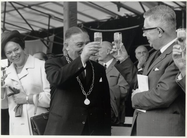 91670 - Made en Drimmelen. Toost tijdens de officiële opening van Jachthaven De Biesbosch. In het midden (met ambtsketen) Burgemeester Cees (C.W.) Smits (met ambtsketen) - KVP-er (1965 - 1975)