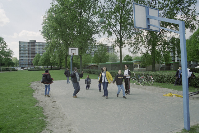 TLB023001338_002 - Kinderen zijn aan het basketballen