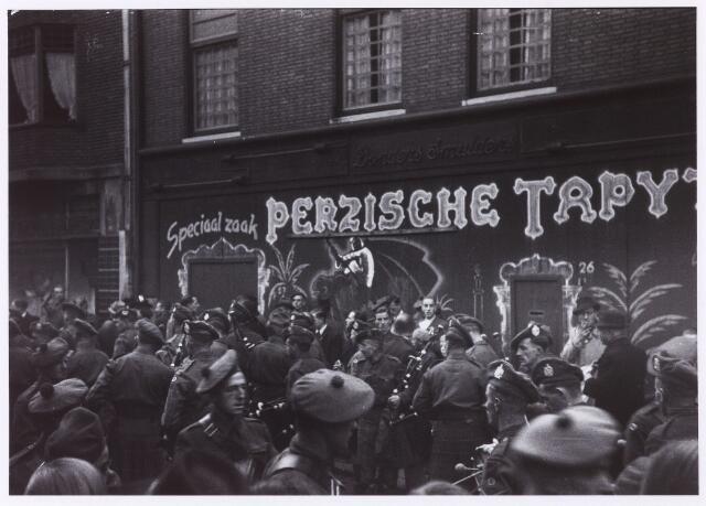 012506 - WO2 ; WOII ; Tweede Wereldoorlog. Bevrijding. Militairen van de 15e Schotse infanteriedivisie in de Zomerstraat ter hoogte van de tapijthandel van de firma Donders - Smulders