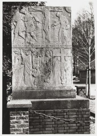 067967 - Détail uit het PETRUS (Peerke) DONDERS MONUMENT uit 1933. Zij-aanzicht. Voor beschrijving zie foto nr. 067962  Trefwoorden: religieuze kunst, openbare ruimte.