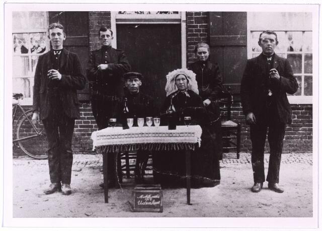 004100 - Eerste Wereldoorlog. Mobilisatie. Tweede van links: Hendrik Donselaar, geb. te Loosdrecht op 28-11-1893. Hij trouwde op 18-4-1917 te Tilburg met Geertje van der Leest. Hij was politieagent van beroep.