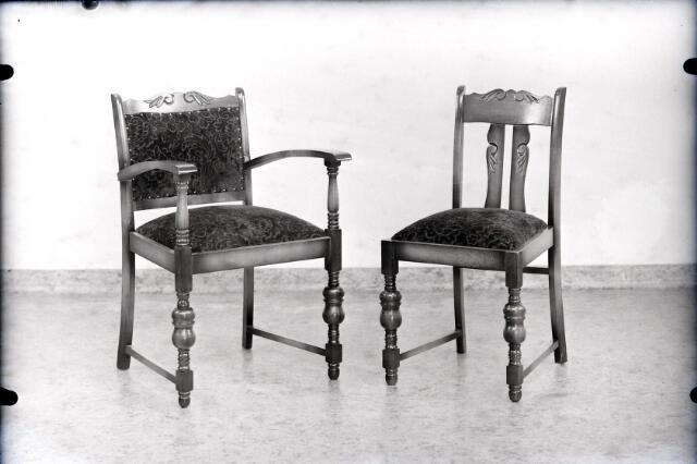 650454 - Schmidlin. Twee stoelen vervaardigd door meubelmaker van Iersel uit de Heikant, juni 1950.