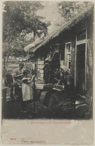 058711 - Kantwerksters. Rechts Antonia Heijblom- van der Mast aan het kantklossen. Zij zit aan de zuidzijde van een pand waar thans Hoofdstraat 66/68 staat.