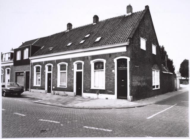 025100 - Panden Lange Nieuwstraat 133, 135 en 137 (van rechts naar links) in 1985. Rechts de Minckelerstraat