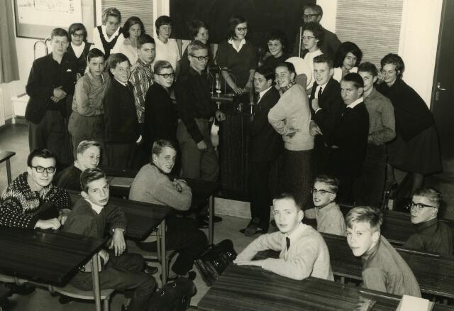 092093 - Klassefoto van klas 3C van de St. PAULUS-HBS, 1963-1964. Op de achtergrond leraar natuurkunde dhr. J. Rijzewijk.