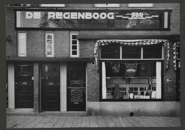 071882 - Een filiaal van stoomververij en chemische wasserij De Regenboog aan de Linnaeusstraat 56 te Amsterdam. De foto is afkomstig uit een album dat werd gemaakt en aangeboden naar aanleiding van het 40-jarig jubileum van textielfabriek De Regenboog van de firma Janssen en Bierens uit Tilburg op 2 december 1930.