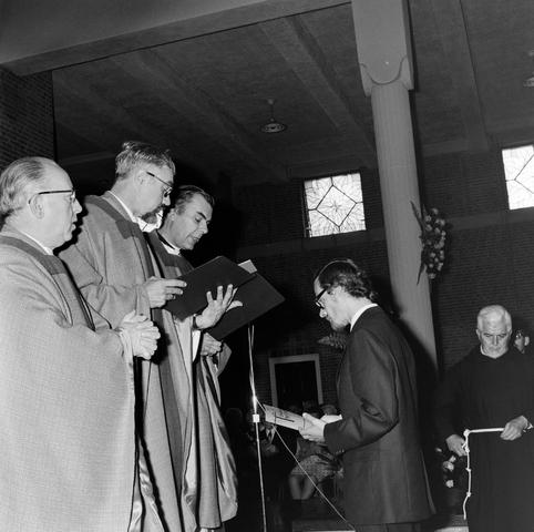 1237_006_246-1_004 - Kerk. Religie. Heilige mis.   De moderne wijding van Pater J. Wijnen door bisschop Bluyssen in juni 1973.
