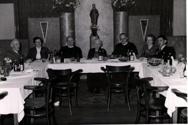 055036 - Familiefeest bij de fraters. Van links naar rechts Gerard A. Laurijssen geboren te Roosendaal op 9 april 1905, zijn vrouw Virge, Jozef Maria Laurijssen (frater Gerardi), geboren te Baarle-Hertog op 21 januari 1908, moeder Maria Laurijssen-Konings, geboren te Overzande op 19 februari 1875, Ludovicus M. Laurijssen (frater Adolf), geboren te Baarle-Nassau op 31 maart 1914, Catharina Maria (To) Laurijssen, geboren te Baarle-Nassau op 22 mei 1909, en haar man Janus.