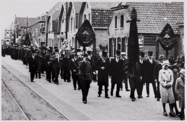 084373 - Begrafenisstoet pas pastoor Andreas van Beijnen op weg naar het kerkhof aan de Doelenstraat. Van Beijnen werd geboren te Baardwijk op 4 september 1871 en overleed aldaar op 10 juli 1933. In 1916 volgde hij Jurgens op als pastoor van Hilvarenbeek.