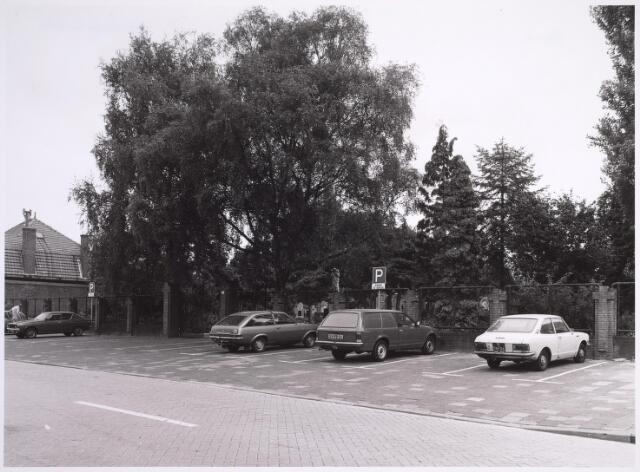 025018 - Parkeerplaats voor het kerkhof aan de Laarstraat
