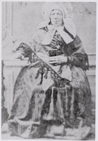 045903 - Petronella Maria de Groot werd gedoopt te Woensel op 26 februari 1796 als dochter van voerman Jan de Groot en Hendrina van Eersel. Zij trouwde te Eindhoven op 29 januari 1818 met winkelier-linnenkoopman Jan Baptist van Besouw, gedoopt te Goirle op 17 januari 1792. In Goirle was Petronella Maria de Groot tot ± 1870 handelaarster in kaatsballen. Zij overleed te Goirle op 28 februari 1878.