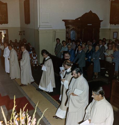 1237_008_517-1_001 - Kerkdienst Pastoor Visser in de Capucijnenkerk aan de Korvelseweg.
