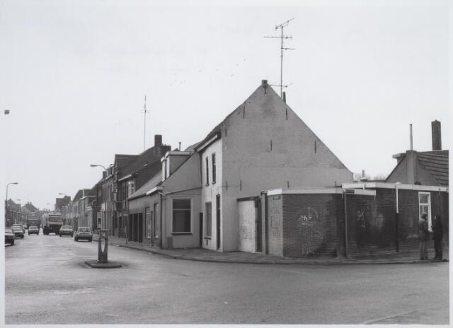 026545 - Kempisch verdiepinghuis uit de 17e eeuw op de hoek Molenstraat - Hoefstraat. Ondanks talloze protesten werd het in maart 1981 gesloopt en verscheen op die plaats een flatgebouw