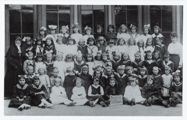 051353 - Basisonderwijs.  Klassenfoto r.k. lagere school. St. Catharina. Leerlingen van de eerste klas met links zuster Phileberta. Zij behoorde tot de orde: De zusters van Liefde van de O.L.Vrouw Moeder van Barmhartigheid.