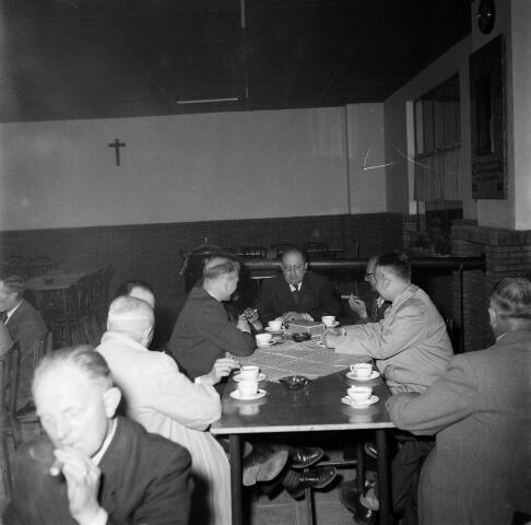050286 - Lunch tijdens de 1e steenlegging woningbouw door secretaris generaal en bezoek steenfabriek.