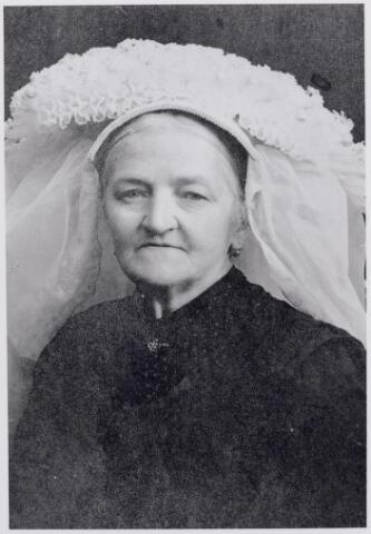 046174 - Maria Adriana van Roessel, geboren te Goirle op 11 mei 1855, dochter van Josephus van Roessel, pachter van de 'Goirlesche Hoeve' (later de Leeuwenhoeve), en Margo Mulders. Zij trouwde te Goirle op 26 september 1881 met molenaar Jan de Visscher en overleed te Goirle op 26 februari 1946. Zij draagt de Brabantse muts met poffer.