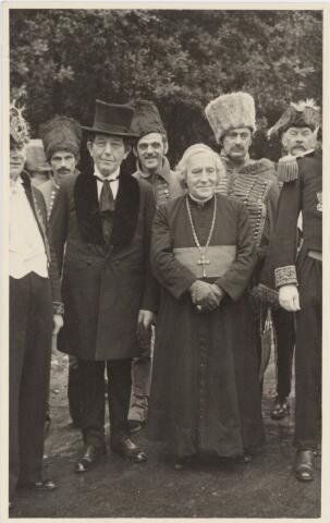 048965 - Festiviteiten te Tilburg b.g.v. het 50-jarig regeringsjubilé van Koningin Wilhelmina op 6 september 1948. Aankomst van koning Willem II bij de 'Vier Winden' aan de Bredaseweg ter hoogte van het oud Belgisch lijntje.  Verslag over deze festiviteiten met optocht staat in het Nieuwsblad van dinsdag 7 september 1948. vlnr: Jos v.d. Brekel, B. Carlier, Bonants, A. van Loon, Hein Dröge, M. Bressers, Ch. Gimbrére.