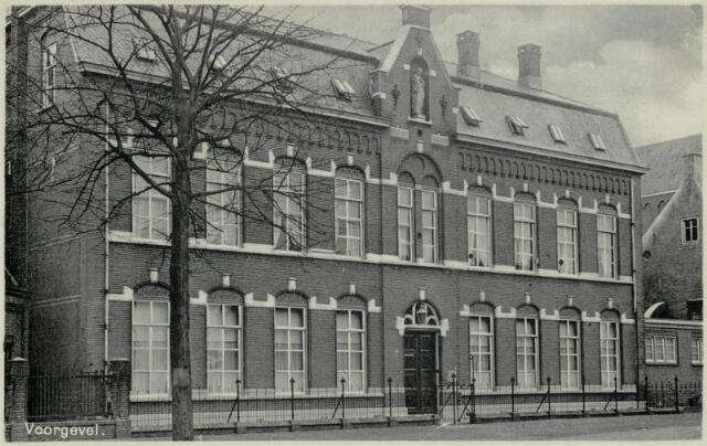 91737 - Made en Drimmelen. Pensionaat St. Joseph aan de Kerkstraat in Drimmelen. In het gebouw was van 1950 tot 1983 een R.K. Meisjesschool gevestigd.
