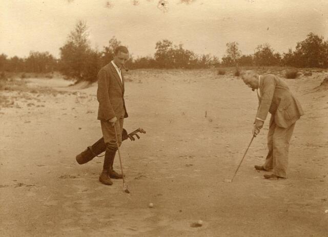 600718 - Partijtje golf op de heide.  Kasteel Loon op Zand. Families Verheyen, Kolfschoten en Van Stratum
