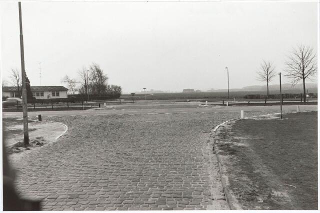 030458 - Kruising van de Ringbaan-Zuid met de Trouwlaan. Aan de overzijde het Goirlesepad, thans Stappegoorweg.