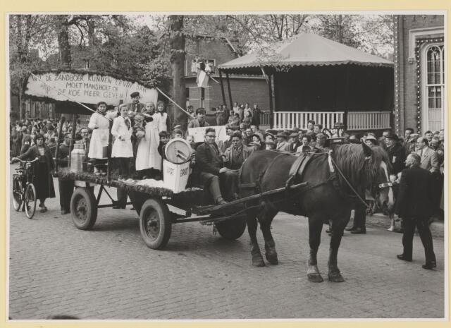 080815 - 10 jaar bevrijding. 1945-1955. No. 23. De koe van Mansholt .Buurt: Winkelsehoek. Wil de zandboer kunnen leven dan      moet  Mansholt of  De koe meer geven. Export.