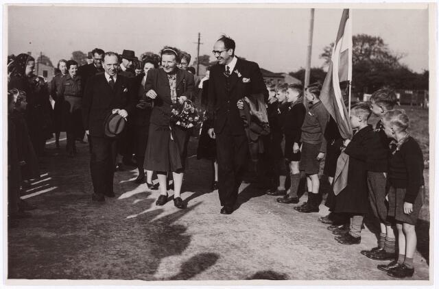 012913 - Tweede Wereldoorlog. In maart 1945 vertrokken 500 Nederlandse kinderen, waaronder 50 uit Tilburg, naar het Engelse kamp Cottingham in Hull om daar aan te sterken. Op 27 april 1945 kregen de kinderen bezoek van prinses Juliana