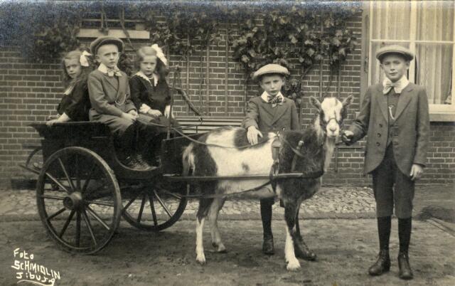 650409 - Schmidlin. Louis Schmidlin fotografeerde deze kinderenop locatie. Zij pronken hier met hun bokkenwagen, omstreeks 1915.