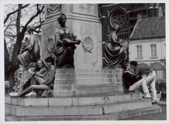 021455 - Jongeren aan de voet van het standbeeld van Willem II op de Heuvel in 1984