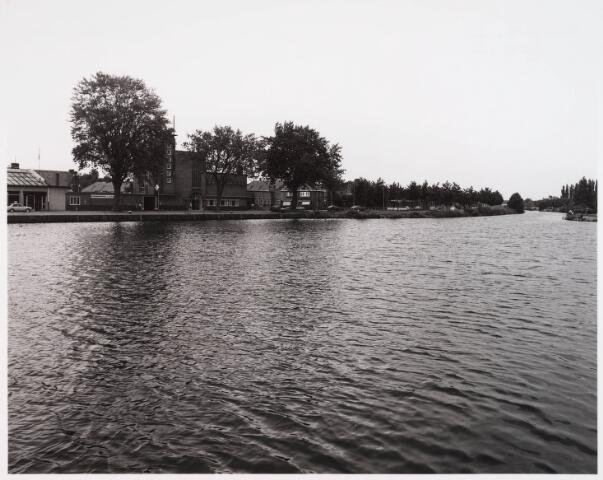 028529 - Overzicht van de Piushaven met woonhuizen en bedrijven, genomen in de zomer van 1981