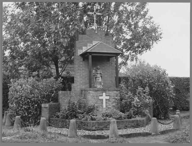 88769 - Kapel aan de Wagenstraat, Wagenberg. Herbouwde Mariakapel uit 1946 door Buurtvereniging De Straat. Ingewijd in1981.