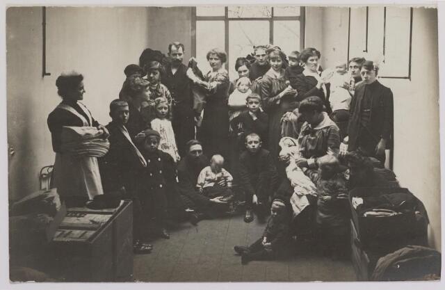 042296 - Eerste Wereldoorlog. Belgische vluchtelingen. Aankomst van een groepje vluchtelingen