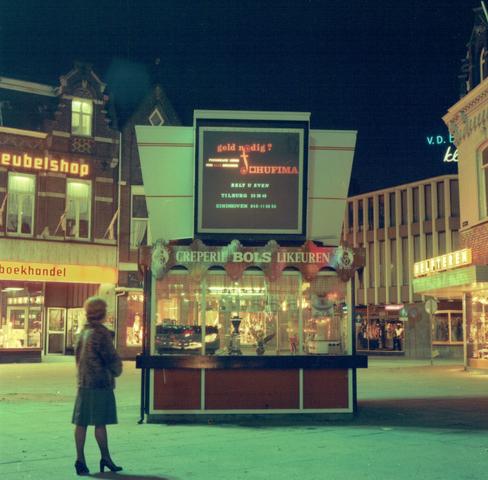 654285 - Kiosk van Bols op de Heuvel in TIlburg. Rechts is de Heuvelstraat.