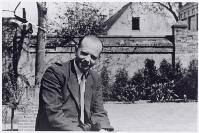 046134 - Franciscus Antonius Josephus (Frans) Smulders, geboren te Goirle op 10 maart 1907, zoon van Toon Smulders en Johanna Antonia van Croonenburg. Bij de bevrijding van Goirle in oktober 1944 werd Frans Smulders benoemd tot commandant van de Goirlese Ordedienst (O.D.) De O.D. was gevestigd aan de Kalverstraat, in het magazijn van de winkelier Louis van de Laar.